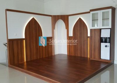 Mushalla dan Ruang Baca Keluarga dengan Lantai Parquet